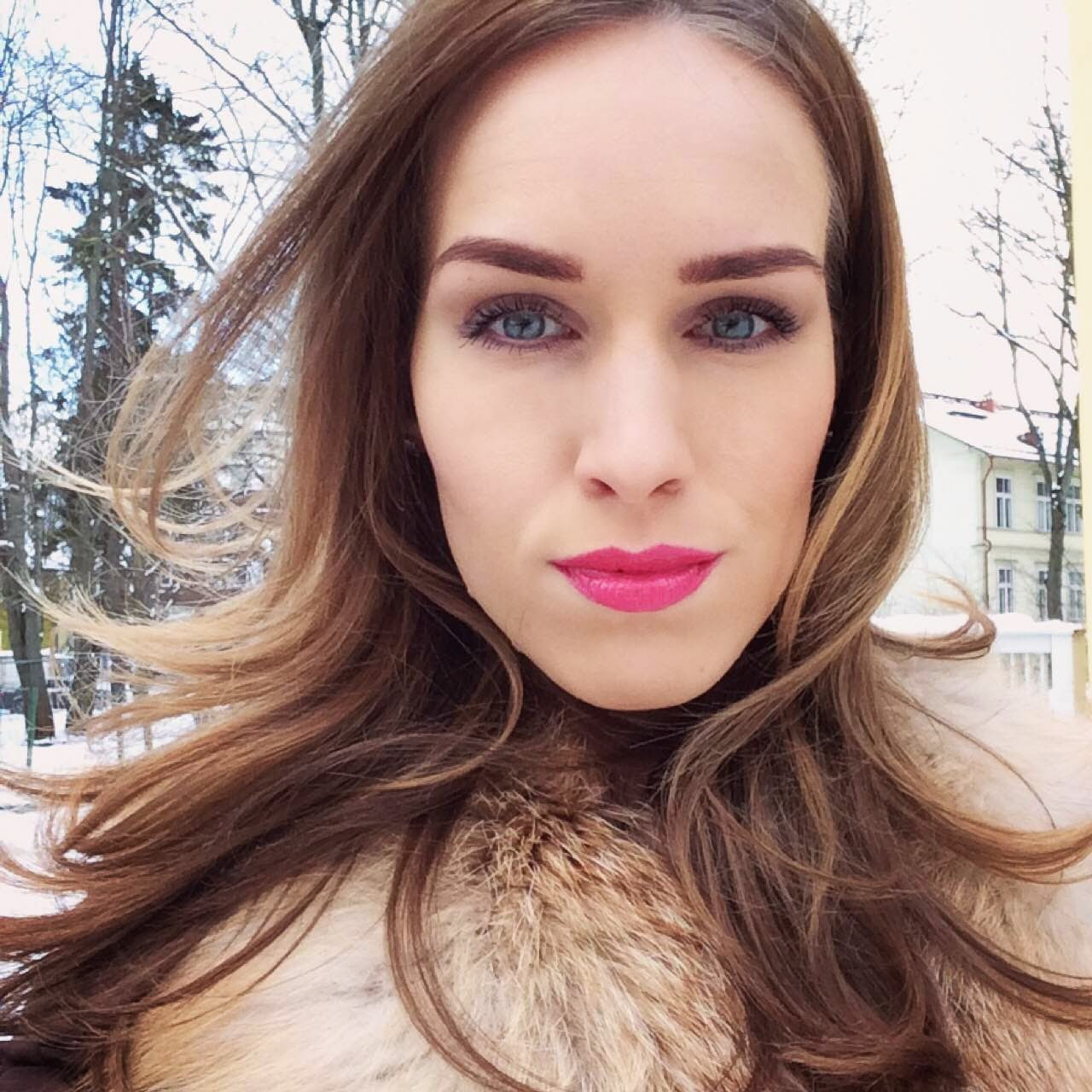 beauty-winter-fur-pink-lips