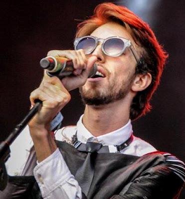 Foto de Esteman cantando en concierto
