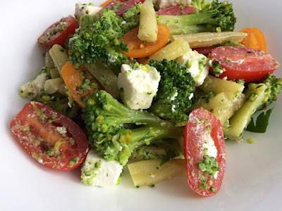 Sałata z brokuła i fasolki z pomidorkami
