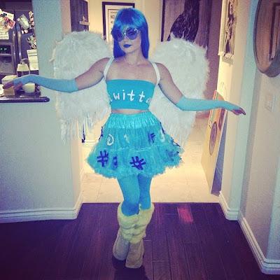 Lucy Hale en oiseau Twitter Halloween 2014