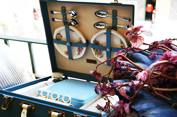 maleta de picnic de flores vintage