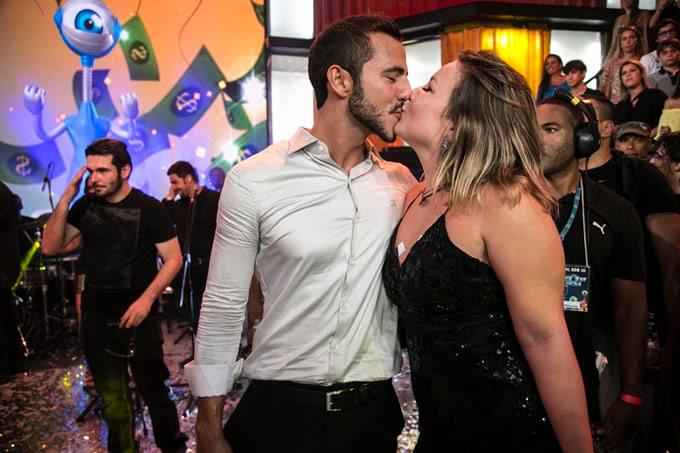 Recebida na final aos beijos, Cacau diz ser namorada de Matheus