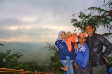 Bersama keluarga mendaki Gunung Galunggung.