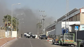 صاروخ من غزة يصيب مصنع بمستوطنة سديروت ويشعل حريق فيها .
