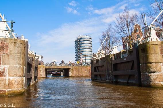 Esclusas de los canales de Amsterdam. Paseo en barco por sus canales