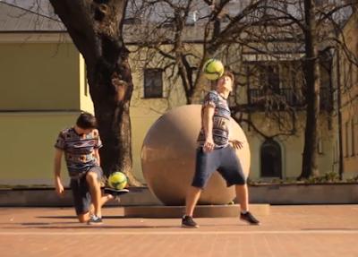 Δεν θα πιστεύετε τι μπορούν να κάνουν με μια μπάλα ποδοσφαίρου