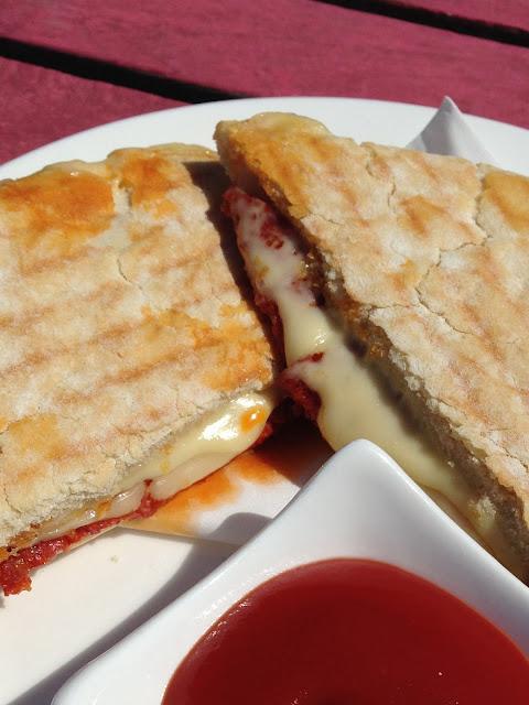 Tosti van Turks brood met chorizo en kaas