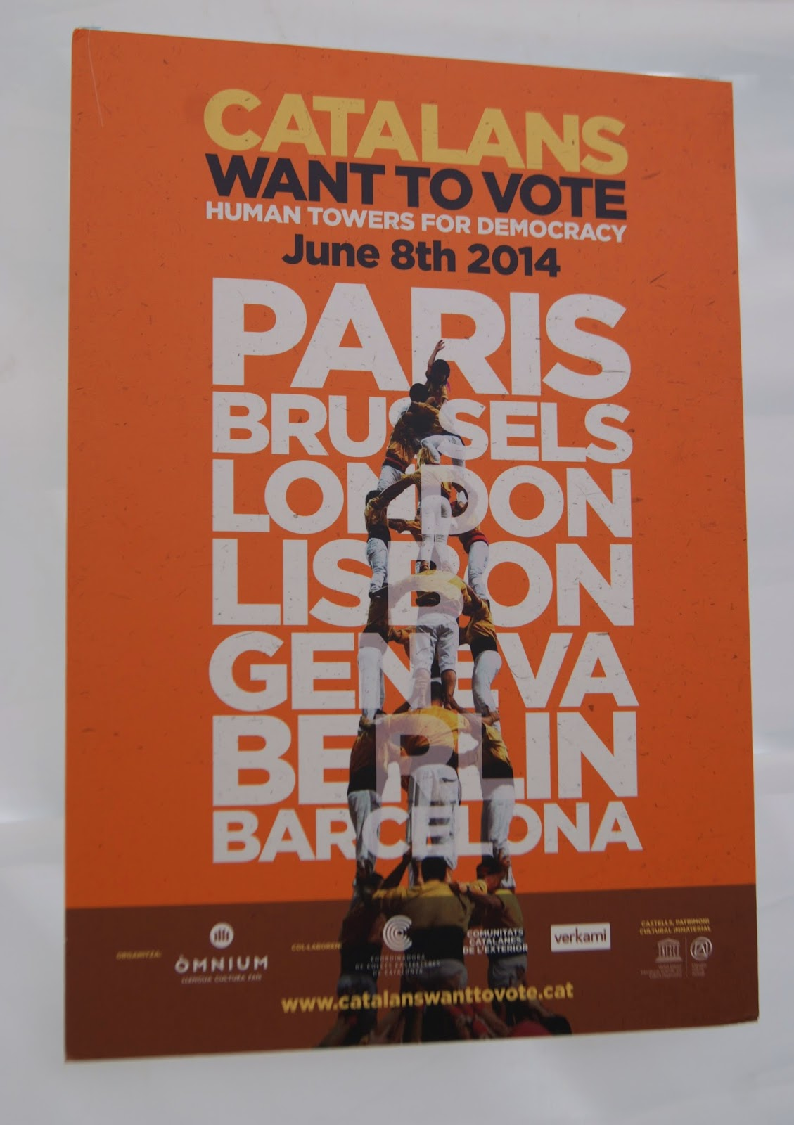 Cartell: Catalans want to vote. Human towers for democracy, June 8th 2014 per Teresa Grau Ros