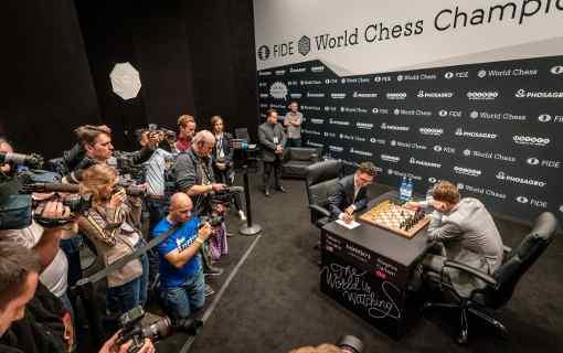 Les joueurs d'échecs mitraillés par la horde de photographes
