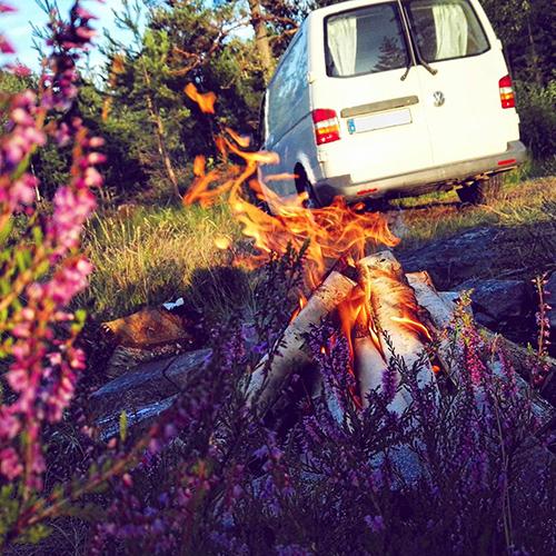 Lagerfeuer und Camper