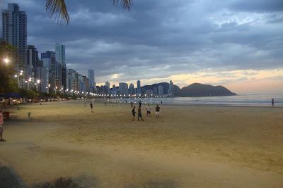 Praia de Balneário Camboriú no final de tarde