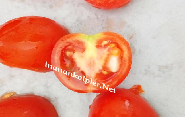 domateslerin her bir parçanın içine sarımsakları yerleştirin.