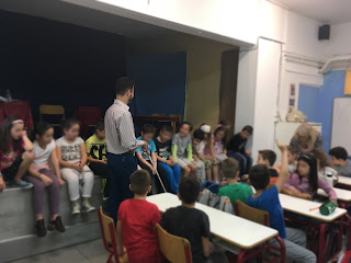 Ο Βαγγέλης περπατάει με το λευκό μπαστούνι ανάμεσα στα παιδιά