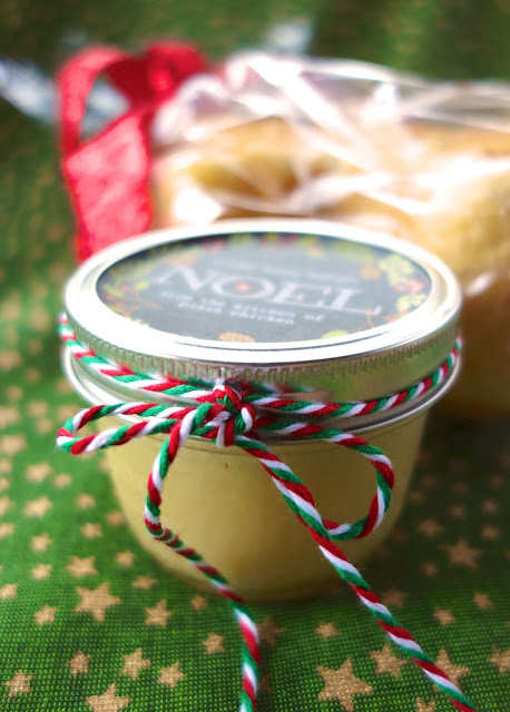 Creamy Honey Butter - seriously THE BEST butter EVER! Only 4 ingredients - butter, honey, cream and sugar. Ready to refrigerate in 5 minutes. Make a great homemade gift too! #butter #honeybutter