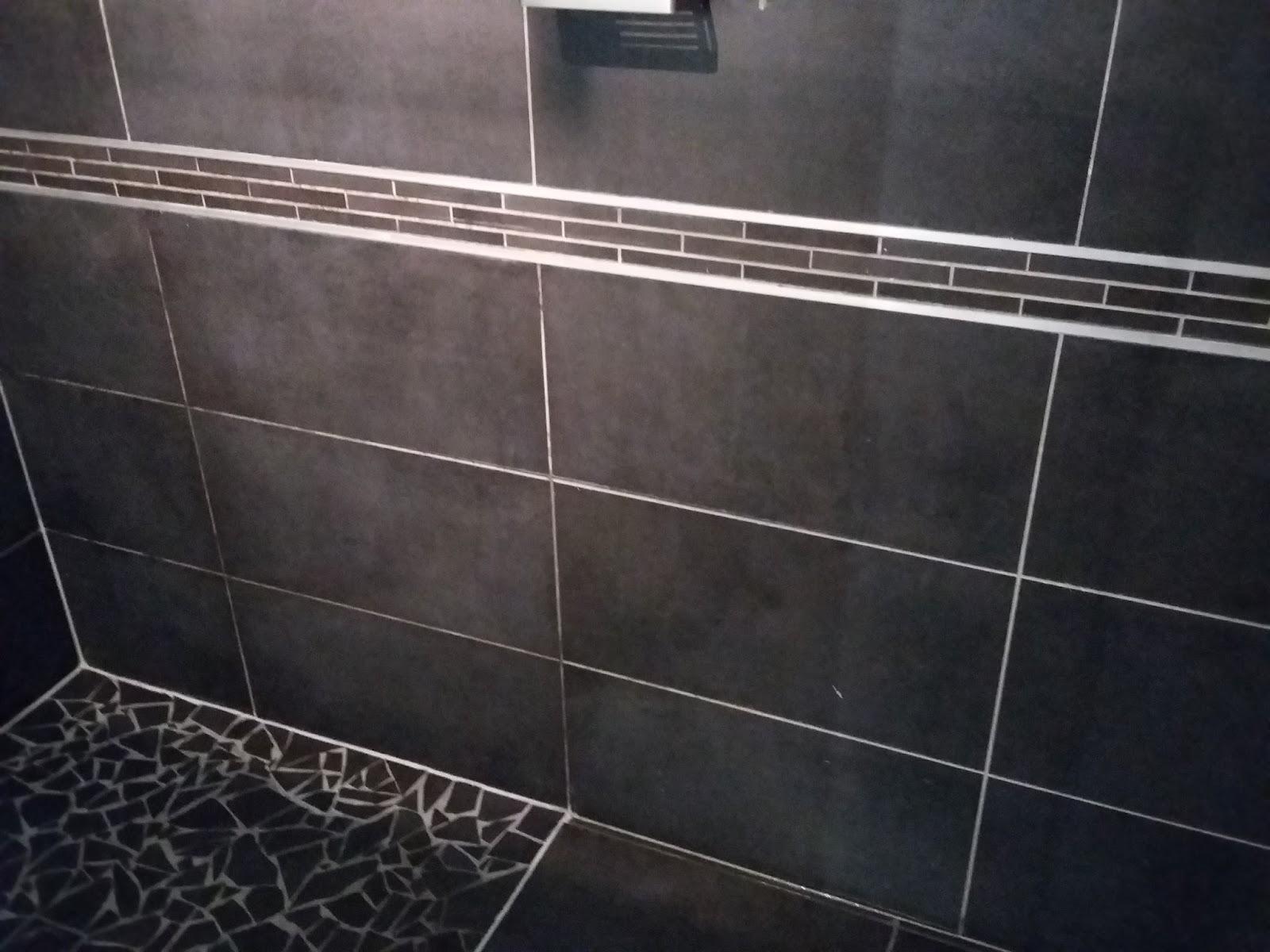 Bricolage de l 39 id e la r alisation salle de bain for Baguette laiton carrelage