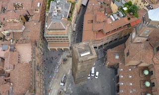 La Torre Garisenda desde lo alto de la Torre Asinelli.