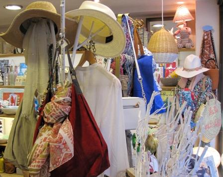 Sombreros y bolso rojo con fular