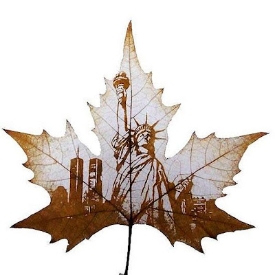 Estatua de la libertad en una hoja de maple