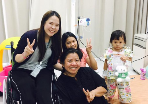 Nitcharee 'Nong Than' Peneakchanasak, who lost both legs in an accident in Singapore six years ago, smilingly greets patients, listens to their problems, and shares her inspiring attitudes about how to beat the odds.
