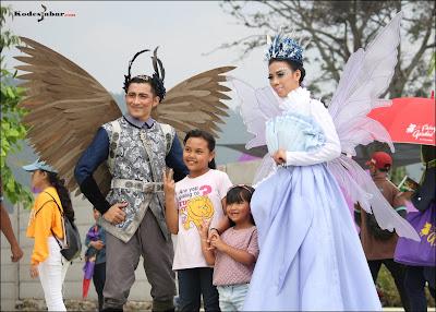 Pengunjung berfoto dengan peri cantik dan peri tampan di Fairy Garden Bandung