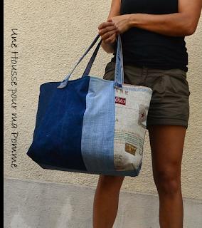 """Sac porté épaules ou poignée, entièrement en matériau recyclé ce sac est fait de jeans de différentes couleurs montés façon patchwork, anses en jeans serties par mes soins, intérieur en coton tissu thème """"Le Che"""", poche intérieure en jeans, les deux cotés extérieurs sont asymétriques, rappel du thème sur un des cotés extérieurs.  Dimension 43x35x23 cm. Sac porté épaules ou poignée, entièrement en matériau recyclé ce sac est fait de jeans de différentes couleurs montés façon patchwork, anses en jeans serties par mes soins, intérieur en coton tissu thème """"Le Che"""", poche intérieure en jeans, les deux cotés extérieurs sont asymétriques, rappel du thème sur un des cotés extérieurs.  Dimension 43x35x23 cm."""
