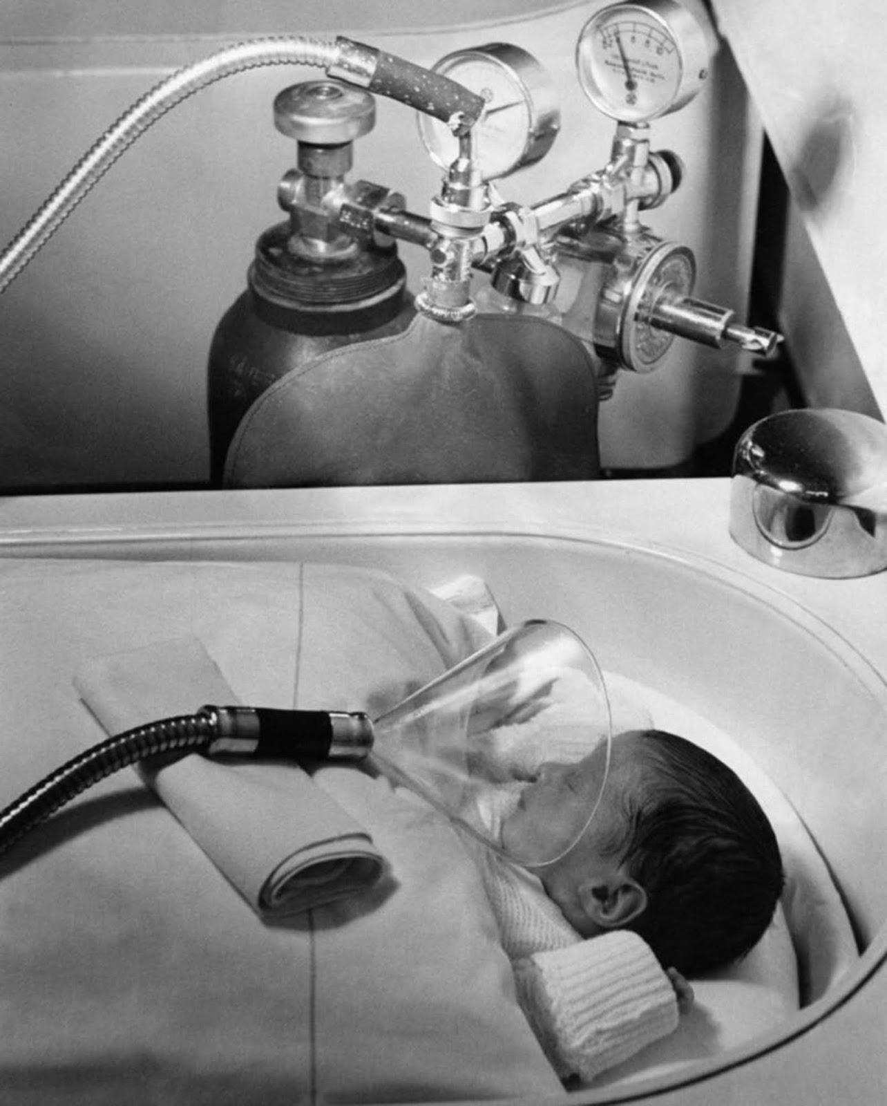 Administración de oxígeno a un recién nacido en Berlín, Alemania, julio de 1939.