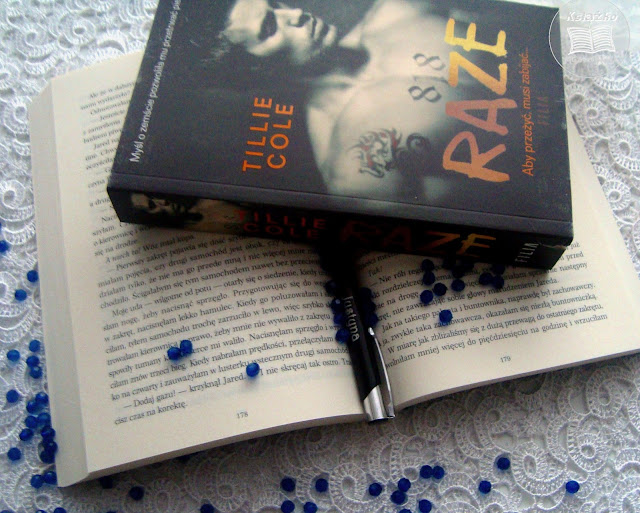 Raze, ksiażka, zdjęcie ksiażki, niebieskie kuleczki, Tillie Cole, tania ksiązka, księgarnia tania ksiażka, dziękuję księgarni za możliwośc przeczytania, dark romance, romans, mafia, wor, rosyjska mafia, mafia, porachunki mafijne, zemsta, miłośc, przyjaźń