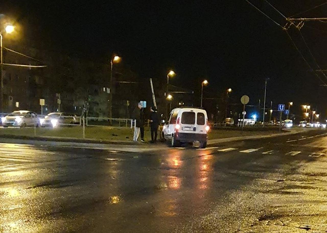 Avarējuša automašīna iebrauc ceļa zīmē