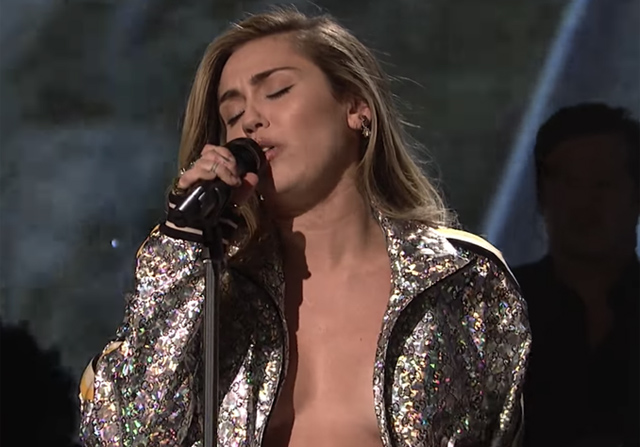 Miley Cyrus egy péniszen