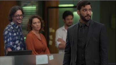 Diogo (Armando Babaioff) fica furioso quando vê Mario (Lucio Mauro Filho) e Marcos (Romulo Estrela) com Nana (Fabiula Nascimento) — Foto: Globo