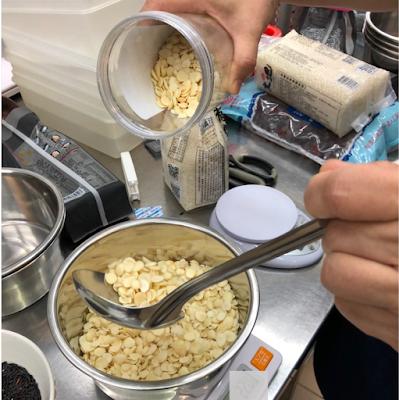 廚房銀髮媽媽秤取南北杏,製作白木耳飲