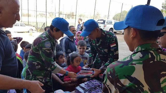 Prajurit TNI Bagikan Perlengkapan Sekolah di Desa Ghandouriyah