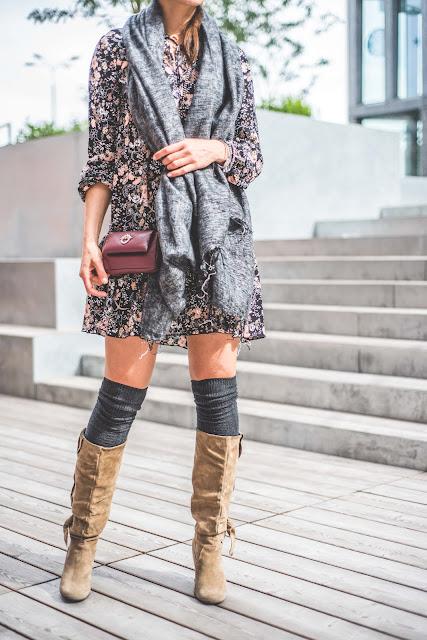 novamoda style, look, jesienne inspiracje, jesienne kolory, trendy, modne sukienki, sukienka, jesienny styl, buty za kolano, overknee boots, goshico, kwiecista sukienka
