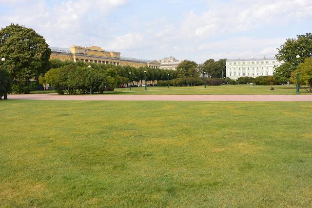 Saint Pétersbourg Le champ de Mars une place immense où avait lieu les défilés militaires jadis.