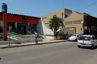http://vnoticia.com.br/noticia/3154-gerente-de-farmacia-e-vitima-de-tentativa-de-assalto-no-centro-de-sfi