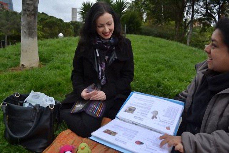 Chicas mirando patrones de amigurumi - migoteamigurumi.com