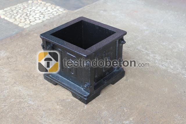 cetakan kubus beton hitam