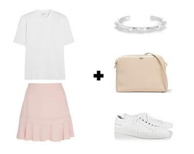 Пастельная розовая юбка трапеция с белой футболкой, кроссовками, серебряным браслетом и нейтральной сумкой