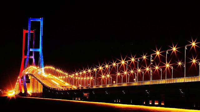 Jembatan Surmadu di malam hari