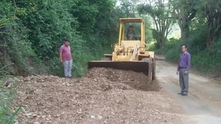 Edgar Márquez repara máquina de la alcaldía para mejorar vías agrícolas
