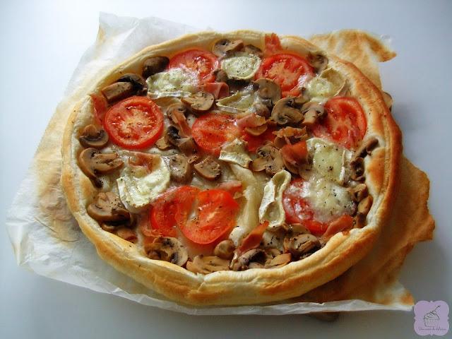 Pizza feuilletée au fromage de chèvre, tomates, champignons et jambon