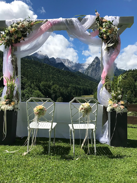 Trauung unter freiem Himmel, London meets Garmisch-Partenkirchen, Sommerhochzeit im Vintage-Look in Bayern mit internationalen Hochzeitsgästen, Riessersee Hotel, Hochzeitsplanerin Uschi Glas
