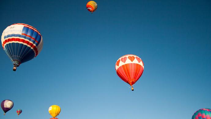 Wallpaper: Balloon Flight into the Land of Dreams