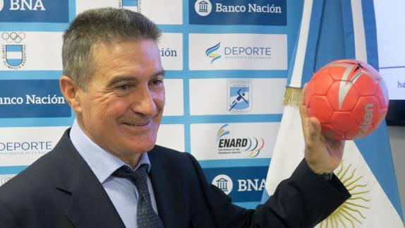 Manolo Cadenas: Primera convocatoria y rivales argentinos