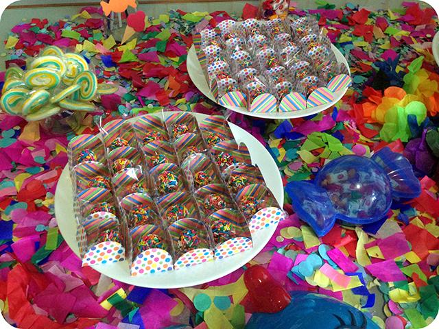 Decoração : Festa Carnaval - Mesa / Forminhas de Doces com Listas e Bolinhas