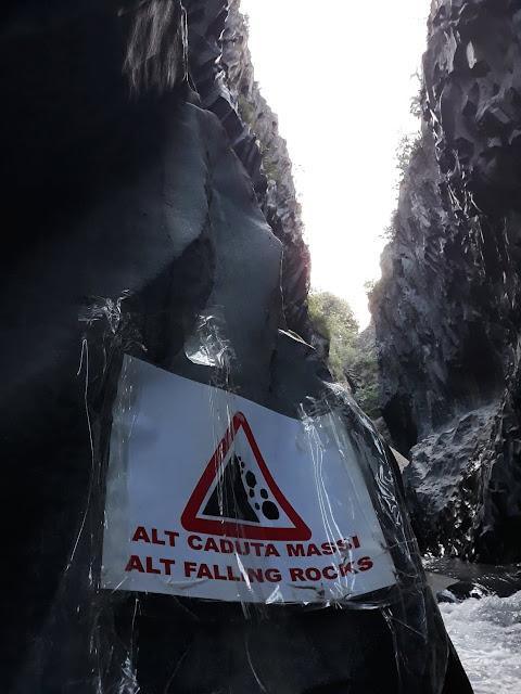 Wąwóz Alcantara - spadające skały