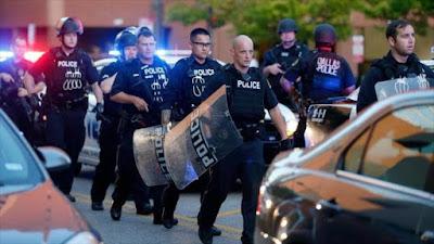 Agentes de la Policía de Dallas, desplegados en el centro de la urbe, donde se realizó la marcha, 29 de julio de 2016.
