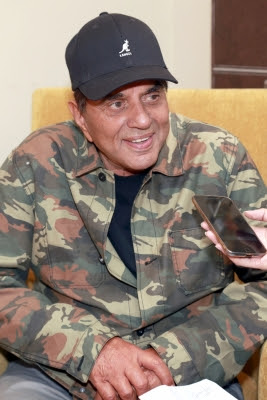 dharmendra-considers-himself-newcomer-in-bollywood