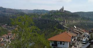 La Fortaleza Tsarevets desde el Barrio de Varosha.