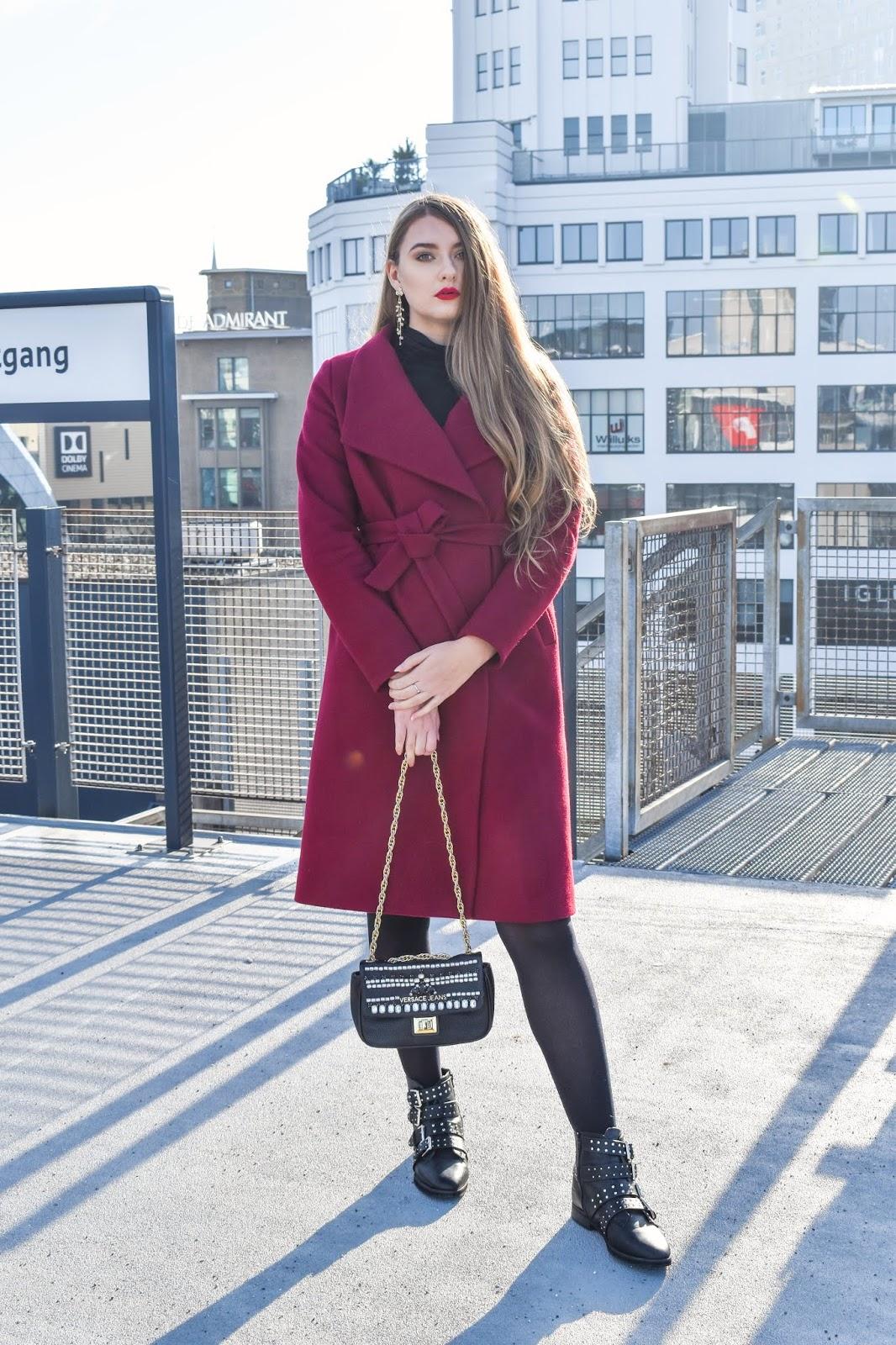 czerwony płaszcz zimowy stylizacje